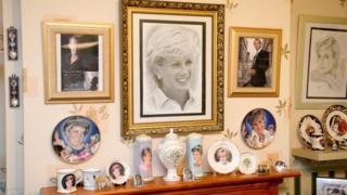 """英国戴安娜王妃车祸逝世20周年 """"戴粉""""展示收藏品"""